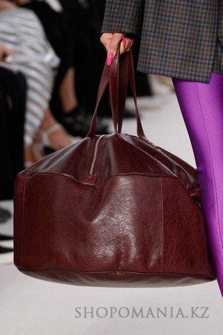 db0bd9a0880a Дизайнеры увеличили размеры сумок настолько, что невольно возникает вопрос  – для чего же нужен столь вместительный аксессуар? Сумки-мешки, баулы и  огромные ...